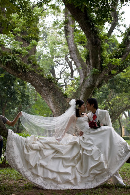 08posed-couple-with-held-veil
